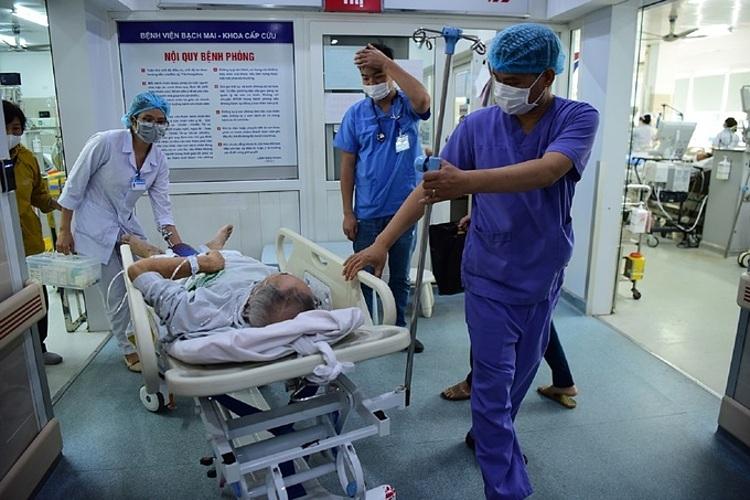 Bác sĩ Khoa Cấp cứu - Bệnh viện Bạch Mai tiếp nhận bệnh nhân. Ảnh: Giang Huy