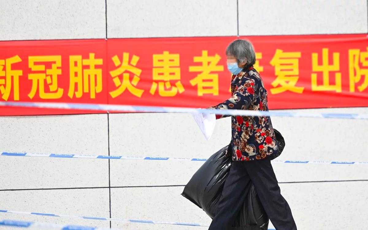 Người dân Trung Quốc đeo khẩu trang khi ra ngoài để tránh lây nhiễm Covid-19. Ảnh: Tân Hoa Xã