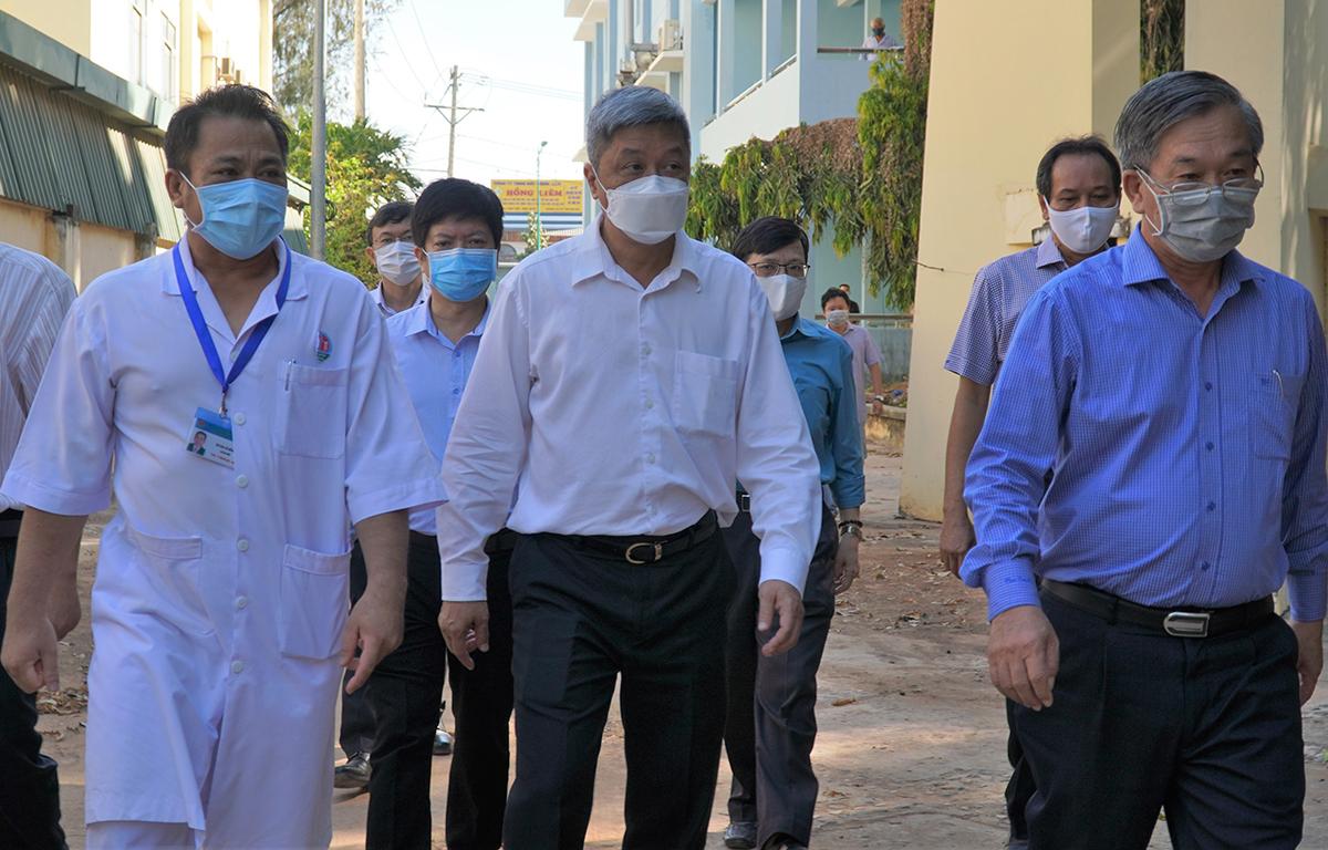 Thứ trưởng Bộ Y tế Nguyễn Trường Sơn (áo trắng đầu bạc,giữa) cùng các bác sĩ thị sát Bệnh viện Phổi Bình Thuân, nơi cách ly những người tiếp xúc gần 9 bệnh nhân Covid-19, ngày 15/3. Ảnh: Việt Quốc.