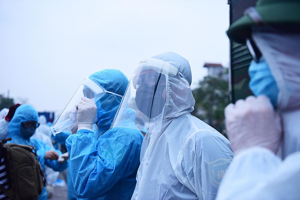 Nhân viên mặc đồ bảo hộ chống dịch tại Bệnh viện Bạch Mai. Ảnh: Giang Huy.