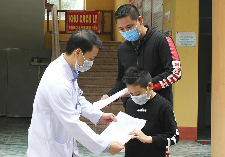 Bệnh nhi Hải Dương xuất viện ngày 1/4 tại Trung tâm Y tế huyenj Thanh Miện. Ảnh: Bệnh viện cung cấp