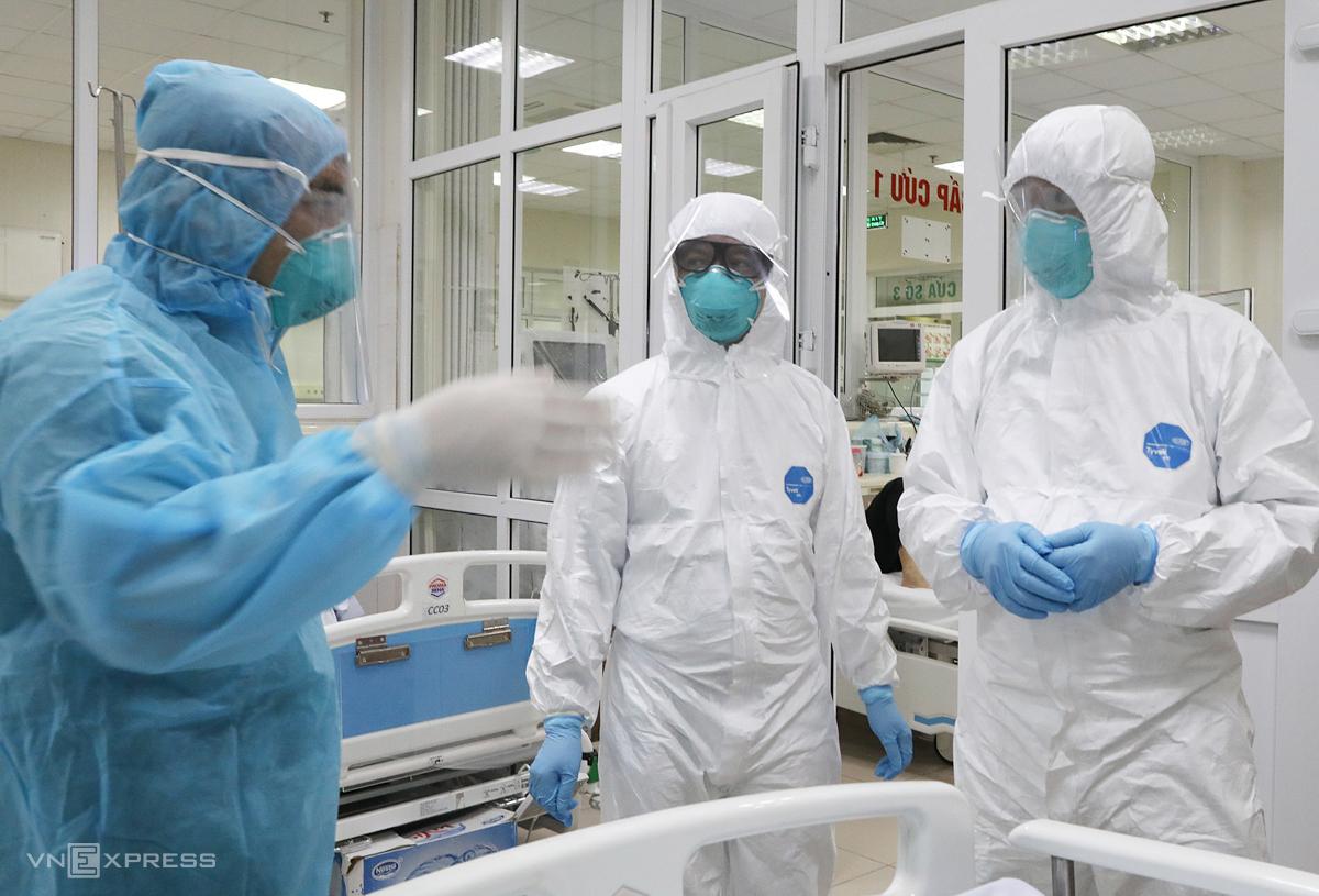 Bác sĩ Bệnh viện Bệnh Nhiệt đới Trung ương trong khu cách ly điều trị bệnh nhân Covid-19 nặng. Ảnh: Ngọc Thành.