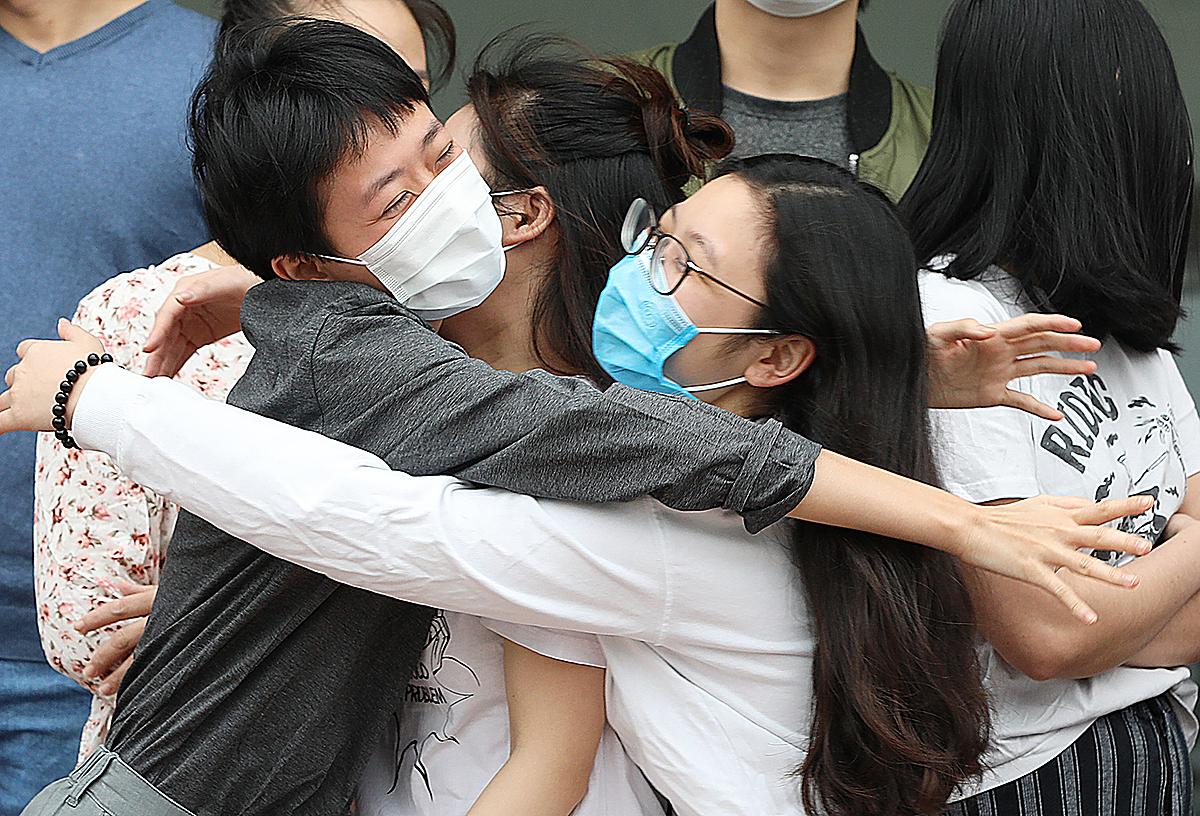 Bệnh nhân khỏi Covid-19 được xuất viện tại Bệnh viện Bệnh nhiệt đới Trung ương ngày 2/4. Ảnh: Ngọc Thành.