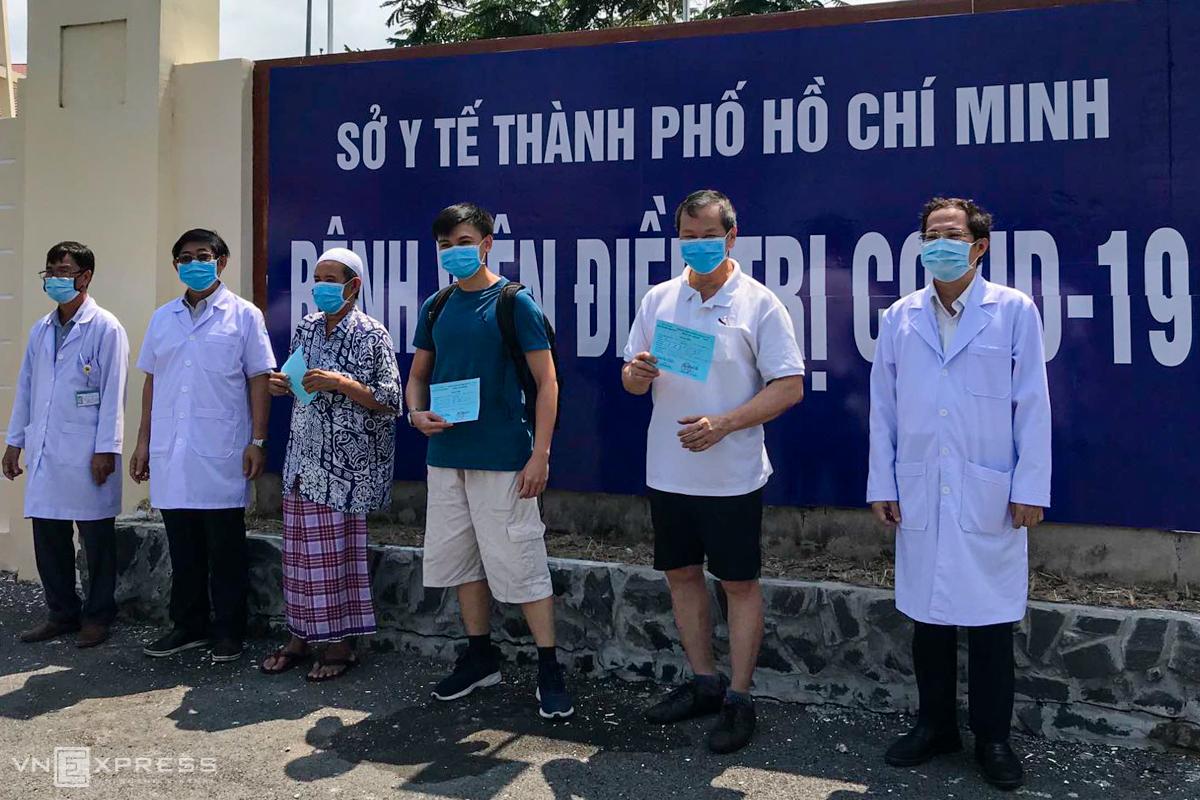Các bệnh nhân được trao chứng nhận sức khỏe khi xuất viện. Ảnh: Bệnh viện cung cấp.