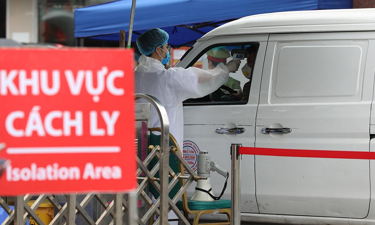 Kiểm tra thân nhiệt toàn bộ những trường hợp ra, vào Bệnh viện Bạch Mai. Ảnh: Ngọc Thành