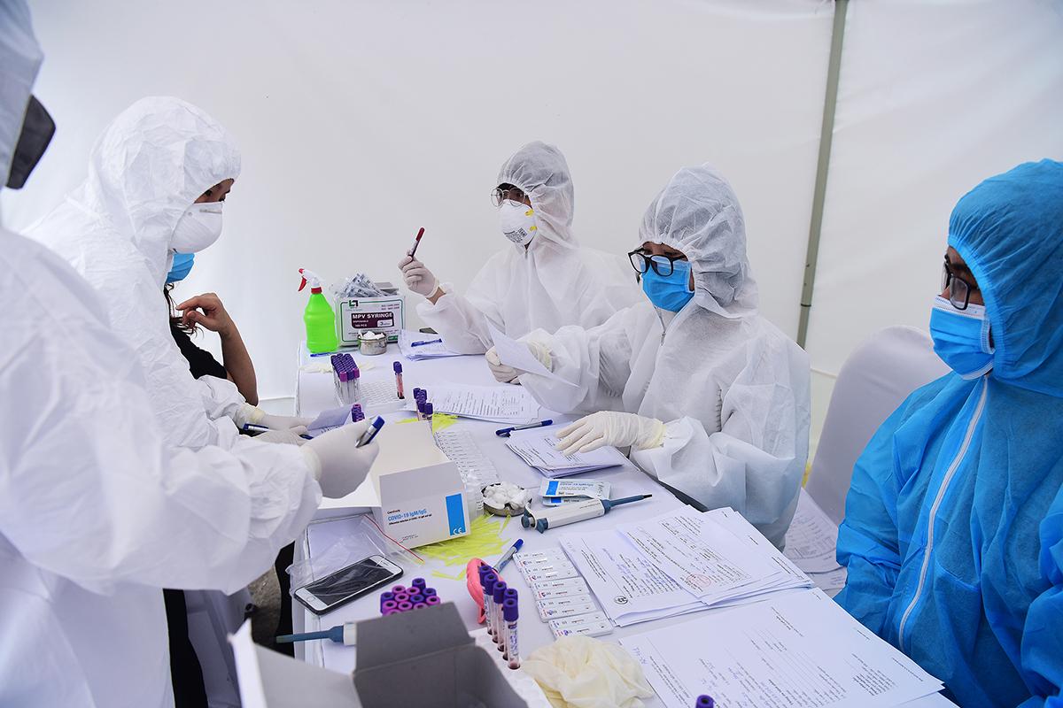 Điểm lấy mẫu xét nghiệm sàng lọc nCoV trong cộng đồng tại Hà Nội. Ảnh: Giang Huy.