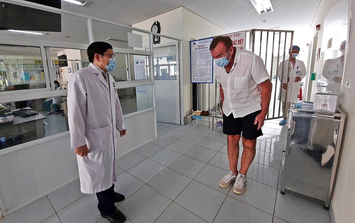 Bệnh nhân 57 (phải) nhiều lần bày tỏ sự xúc động trước các bác sĩ Bệnh viện Đa khoa Quảng Nam. Ảnh: Đắc Thành.