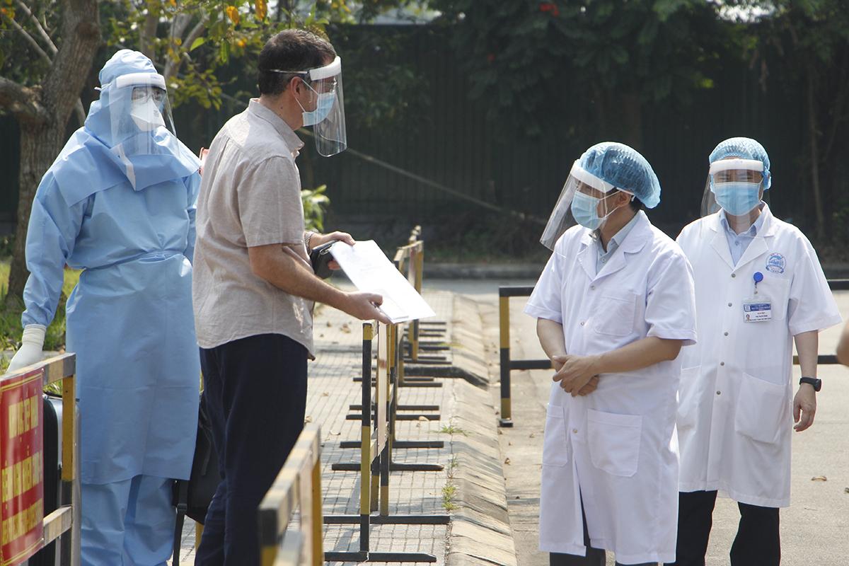 Bệnh viện trao giấy chứng nhận ra viện cho bệnh nhân 33 ngày 28/3. Ảnh: Võ Thạnh