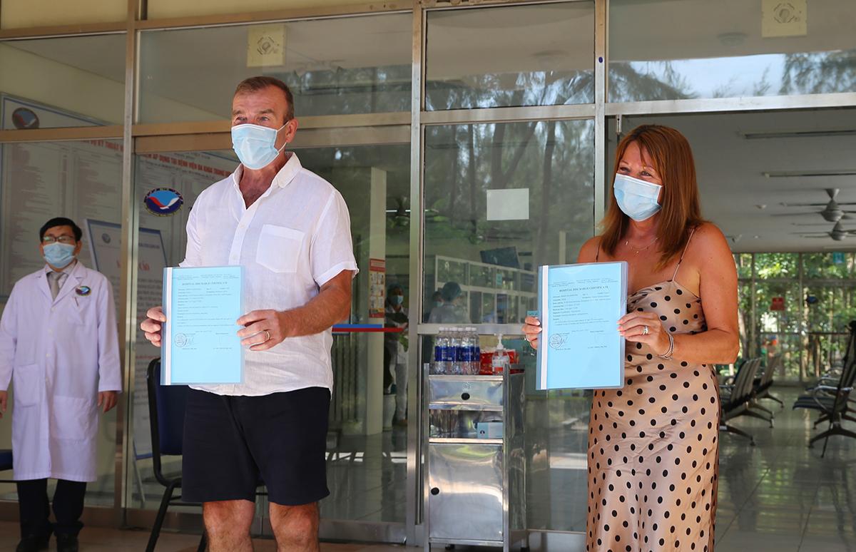 Nam bệnh nhận cùng vợ nhận giấy chứng nhận. Ảnh: Đ.H.