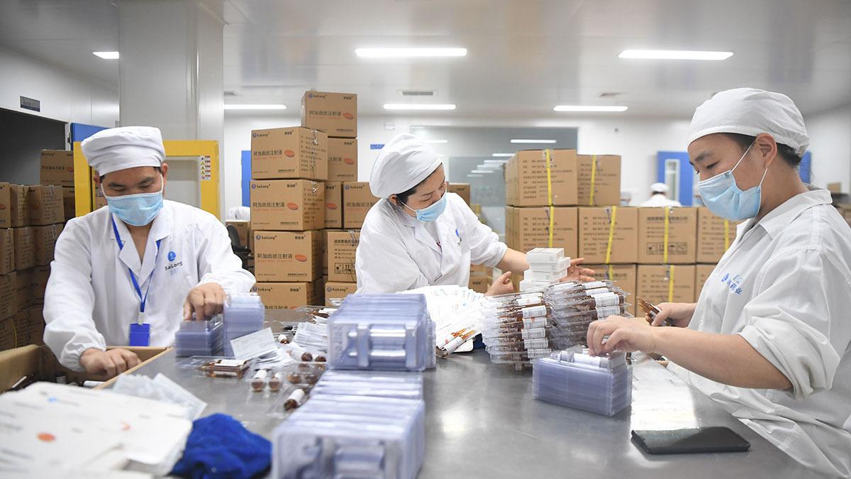 Nguồn cung nguyên liệu thô cho các hãng dược ở Mỹ phụ thuộc nhiều vào các công ty Trung Quốc. Ảnh: Tân Hoa Xã
