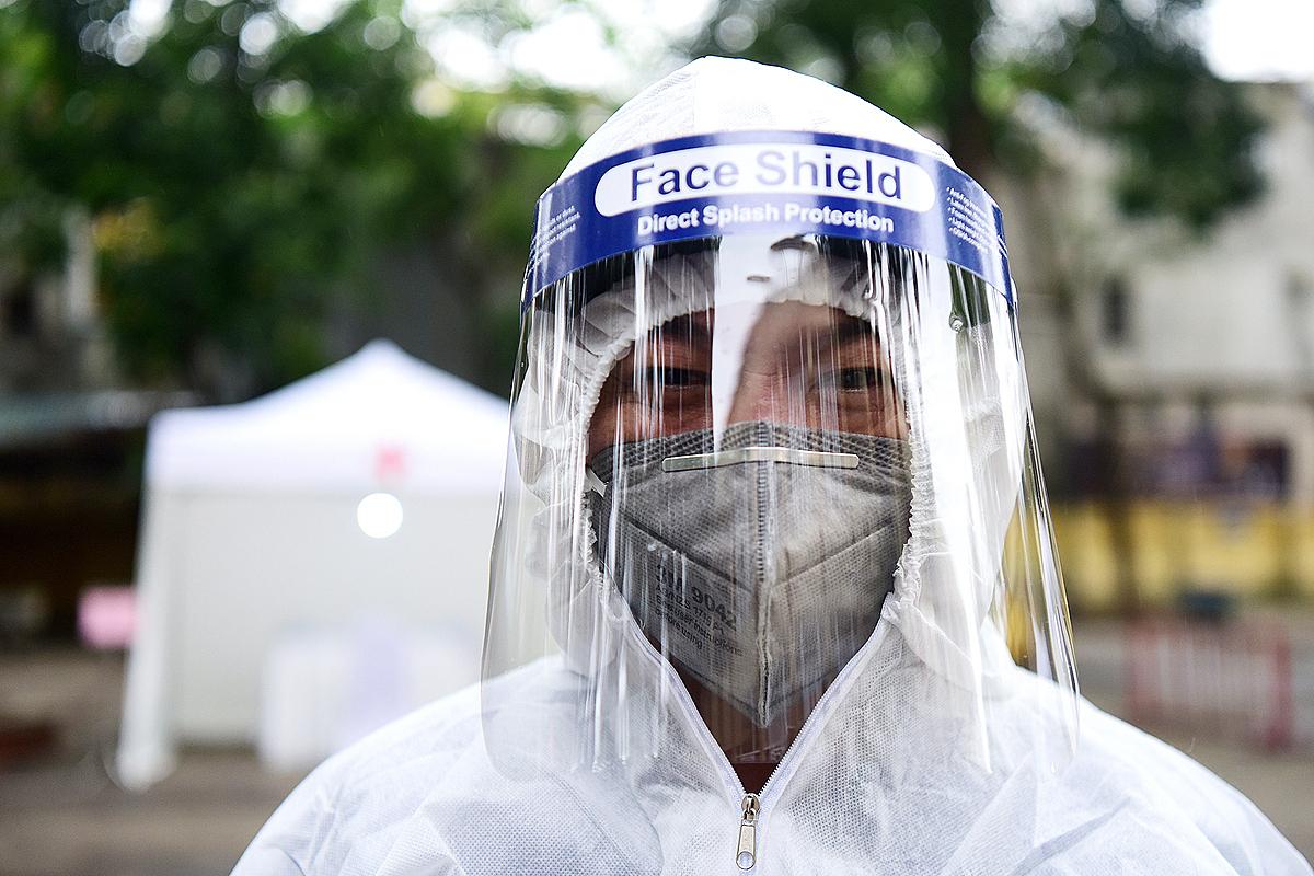 Nhân viện y tế lấy mẫu xét nghiệm nhanh ở Hà Nội. Ảnh: Giang Huy.