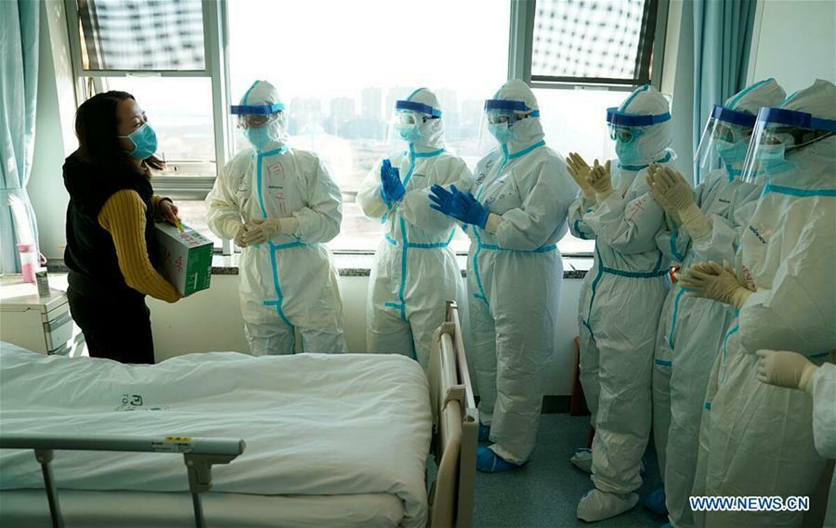 Bệnh nhân đã hồi phục chào tạm biệt các bác sĩ tại bệnh viện ở Vũ Hán ngày 18/2. Ảnh: Tân Hoa Xã