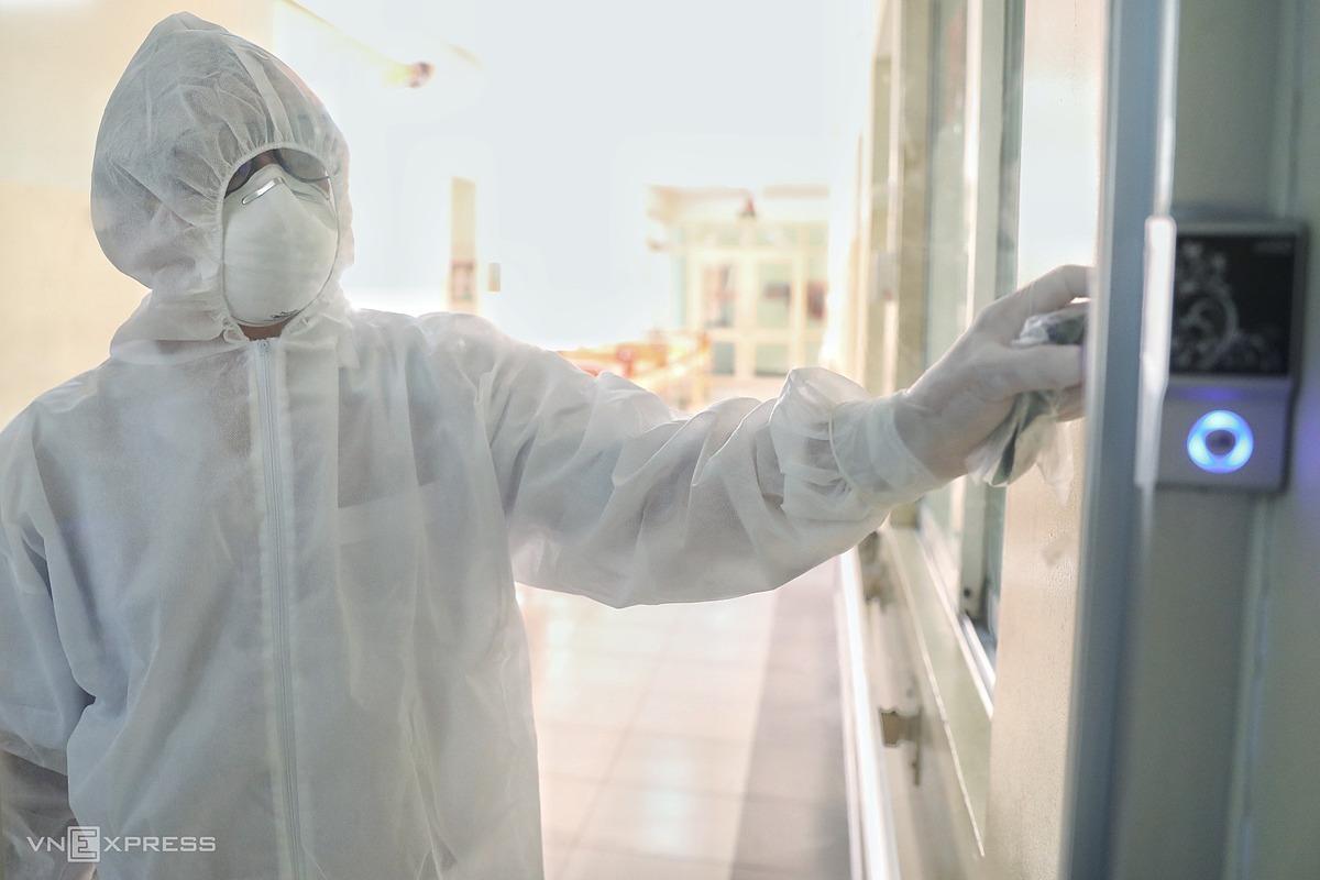 Bác sĩ bảo hộ vào phòng cách ly áp lực âm tại khoa Nhiễm D, Bệnh viện Bệnh Nhiệt đới TP HCM. Ảnh: Hữu Khoa.