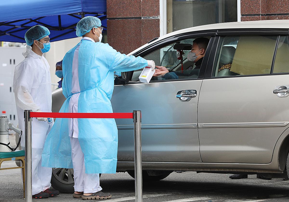 Kiểm soát người vào tại Bệnh viện Bạch Mai. Ảnh: Giang Huy.