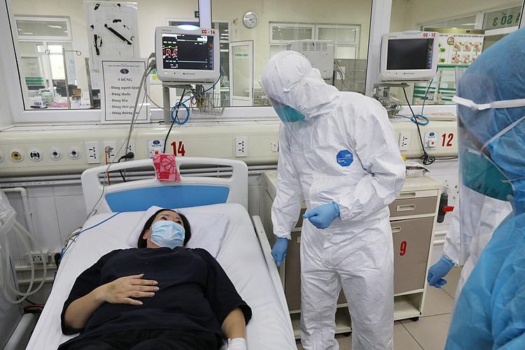 Bác sĩ thăm khám bệnh nhân tại Bệnh viện Bệnh Nhiệt đới trung ương, Đông Anh, Hà Nội ngày 24/3. Ảnh: Ngọc Thành