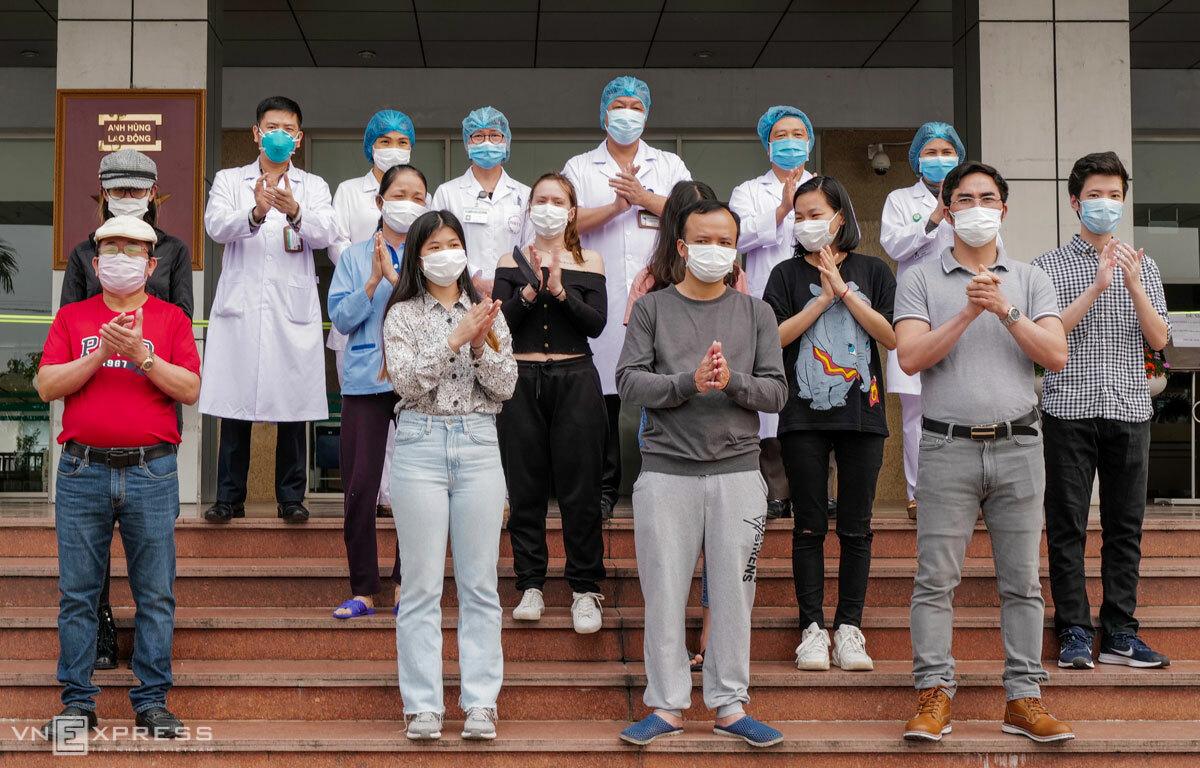 Các bệnh nhân trước khi ra viện, tại Bệnh viện Bệnh nhiệt đới Trung ương chiều 7/4. Ảnh: Ngọc Thành.