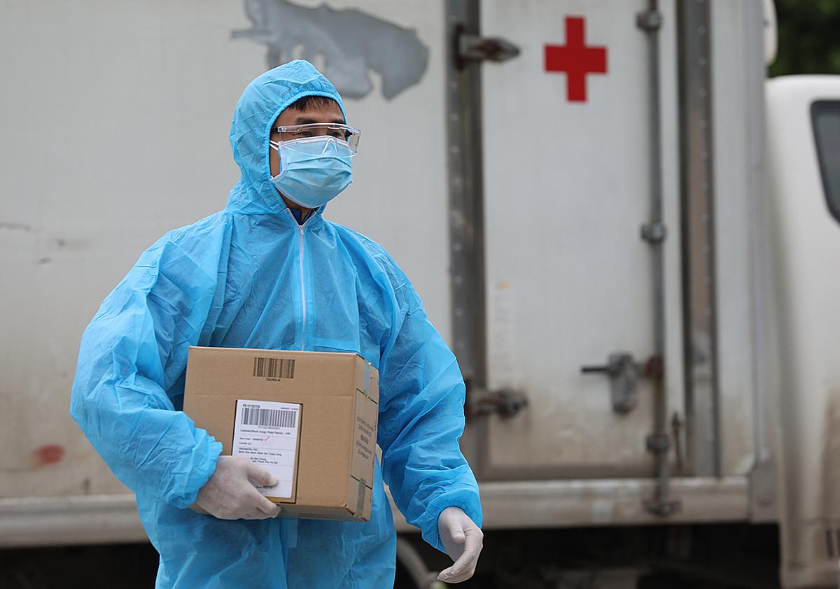 Nhân viên y tế tại Bệnh viện Bệnh nhiệt đới Trung ương, Hà Nội. Ảnh: Ngọc Thành.