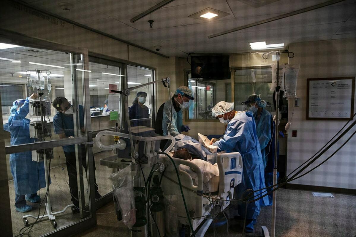 Các bác sĩ tại Bệnh viện Brooklyn đang điều trị cho một bệnh nhân mắc Covid-19. Ảnh: NY Times