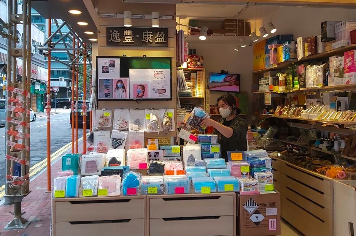 Một cửa hàng bán khẩu trang vải tại Hong Kong. Ảnh:Finbarr Bermingham