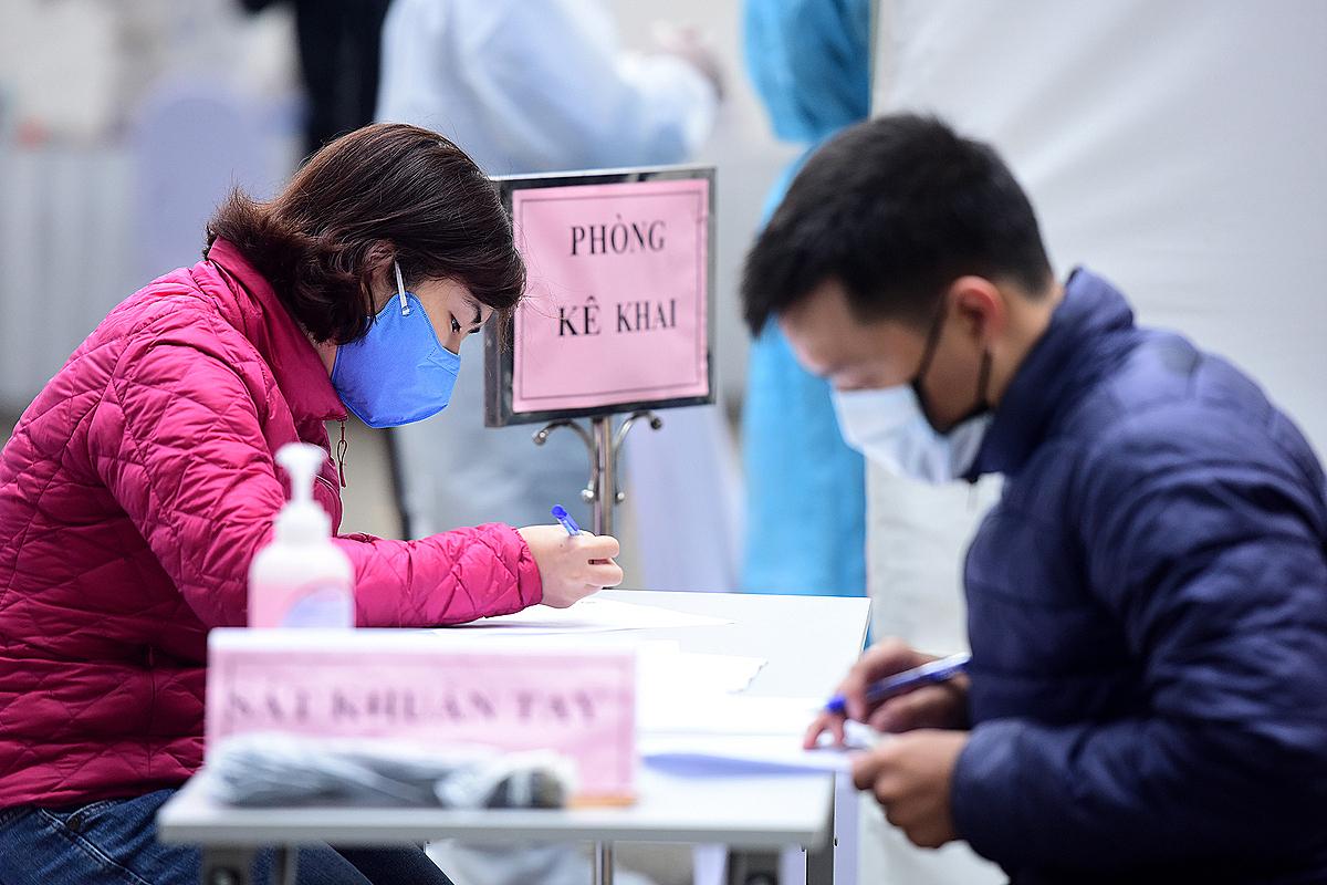 Người dân kê khai để xét nghiệm nhanh ở Hà Nội. Ảnh: Giang Huy.