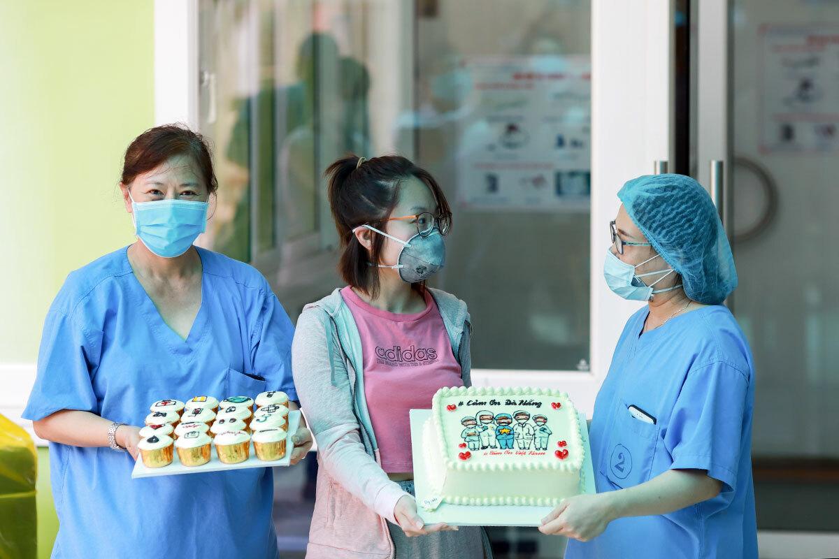 Trà My tặng bánh kem cảm ơn các bác sĩ. Ảnh: Nguyễn Đông.