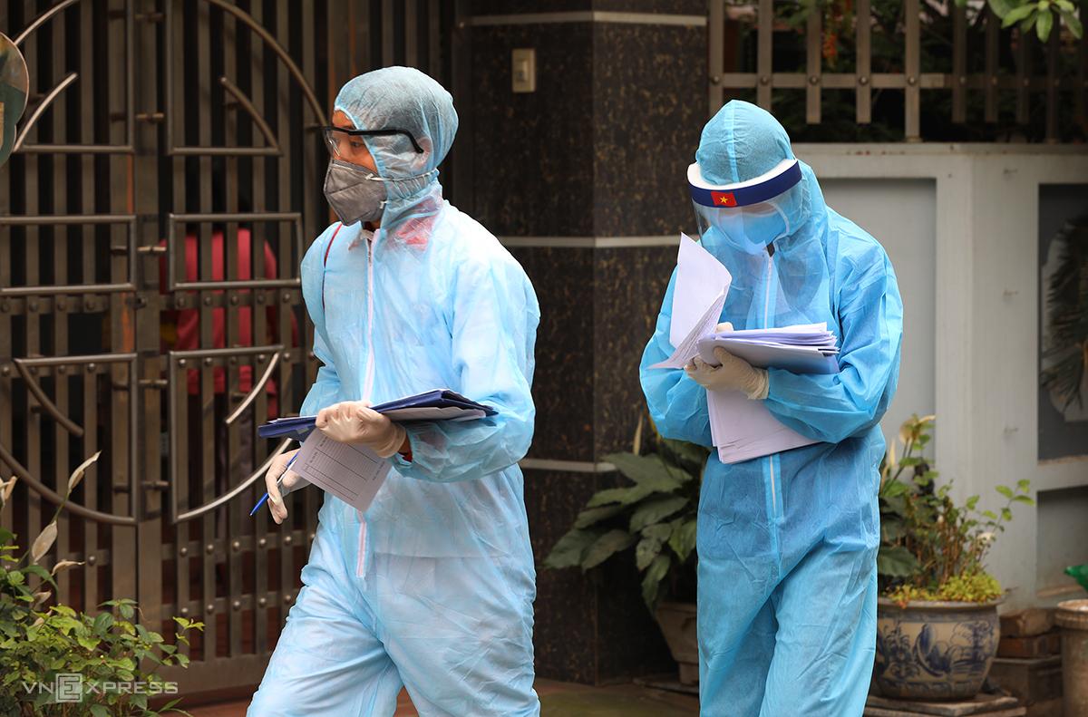 Nhân viên điều tra dịch tễ tại thôn Hạ Lôi, Mê Linh, Hà Nội, ngày 8/4. Ảnh: Ngọc Thành.