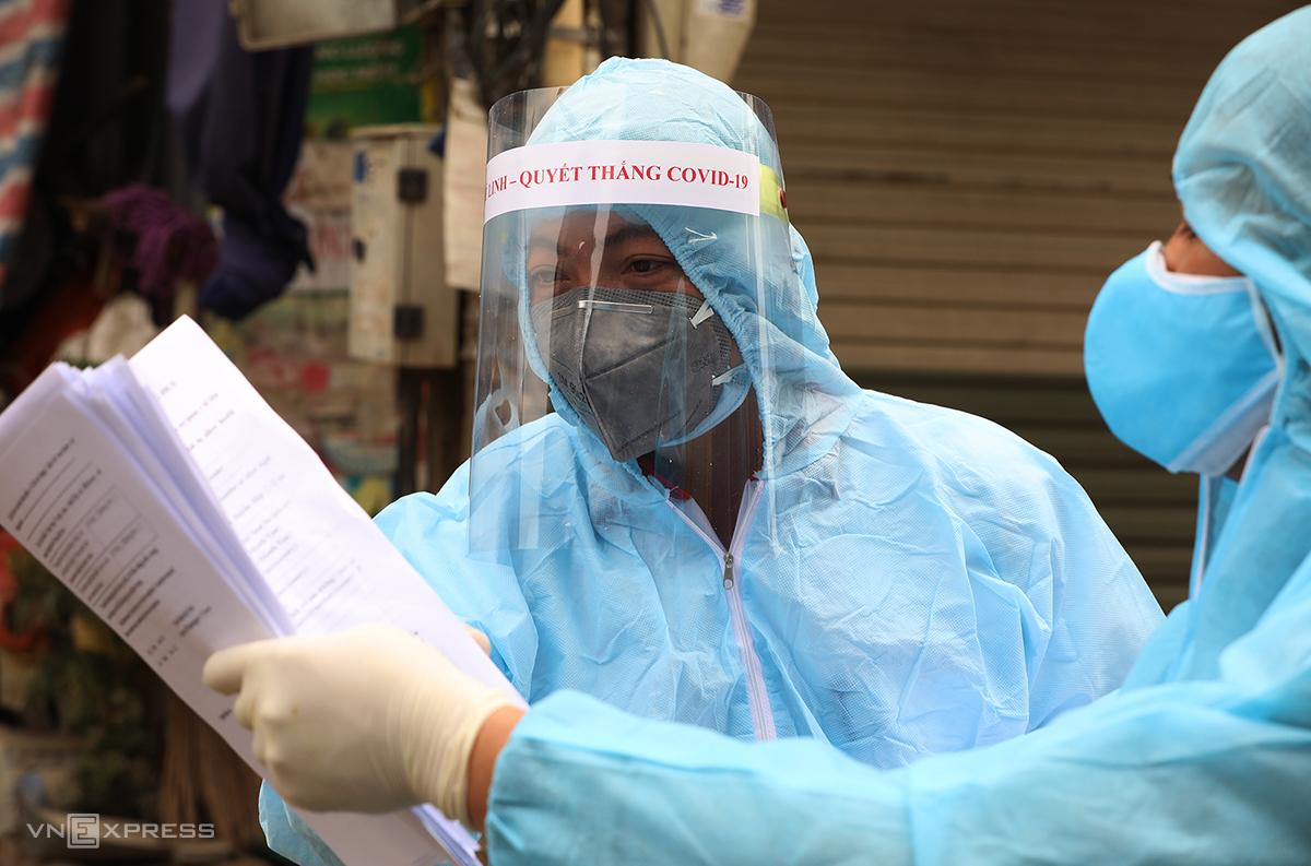 Các chuyên gia đang điều tra dịch tễ thôn Hạ Lôi, Mê Linh, Hà Nội, nơi ghi nhận 5 ca nhiễm nCoV. Ảnh: Ngọc Thành.