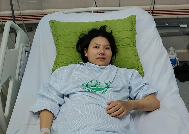 Chị Tân tại Khoa Cấp cứu - Bệnh viện Bạch Mai ngày 12/4. Ảnh: Thúy Quỳnh