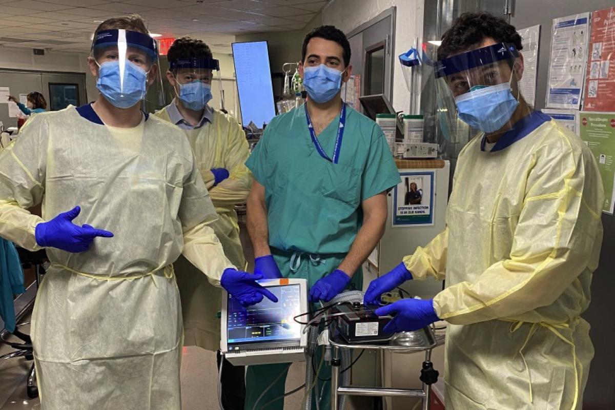 Bác sĩ Hooman Poor, (bìa phải) cùng các đồng nghiệp tại bệnh viện Mount Sinai ở New York. Ảnh: AP