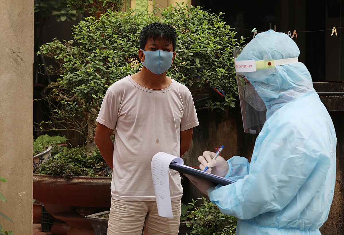 Người dân thôn Hạ Lôi khai báo y tế. Ảnh: Ngọc Thành.