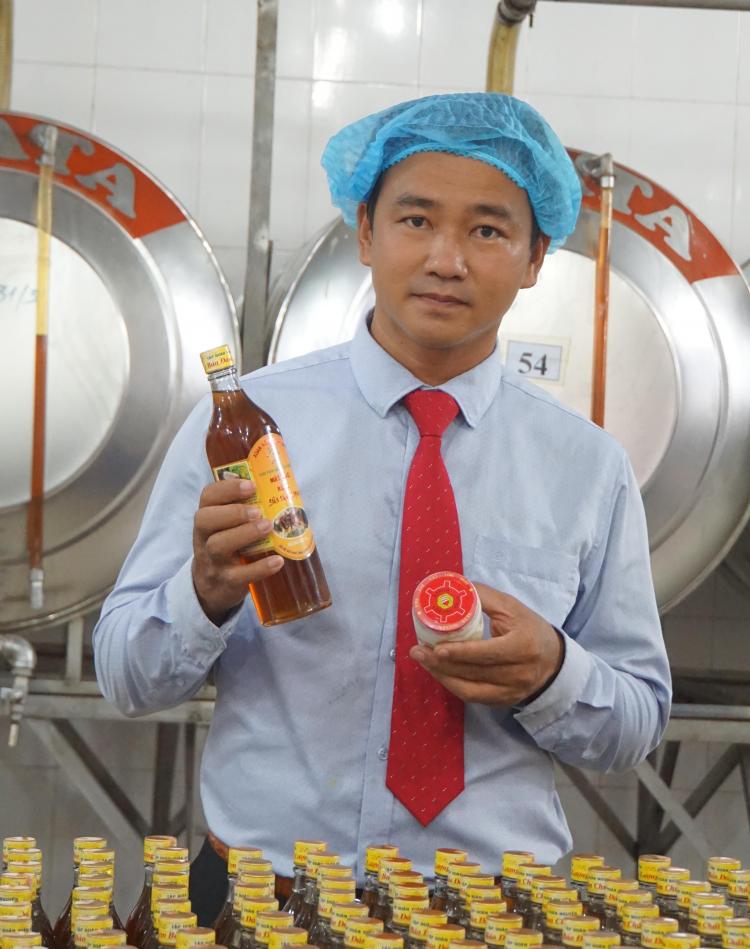 Theo ông Lư Nguyễn Xuân Vũ (doanh nghiệp Xuân Nguyên), pha mật ong với chanh sả gừng làm nước giải khát giúp giải nhiệt và tốt cho sức khỏe.