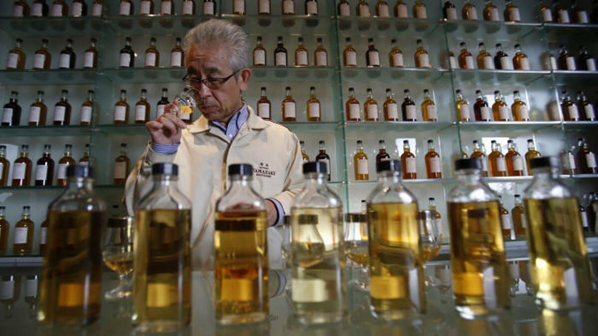 WHO khẳng định uống rượu bia không ngăn ngừa mắc Covid-19. Ảnh: AP