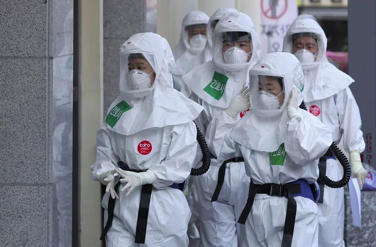 Nhân viên y tế đang làm nhiệm vụ tại Trung tâm Y tế Dongsan ở Daegu, Hàn Quốc. Ảnh: AP