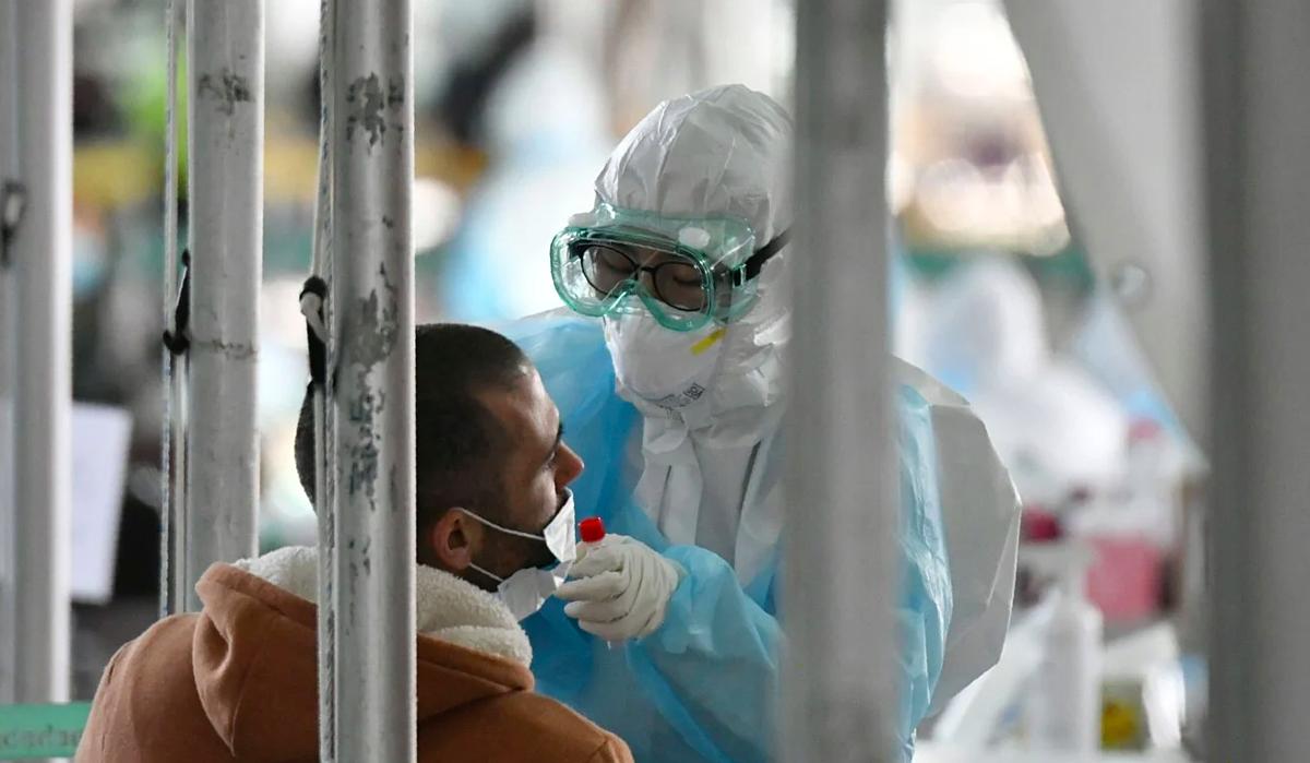 Nhân viên y tế Hàn Quốc đang lấy mẫu xét nghệm Covid-19. Ảnh: AFP