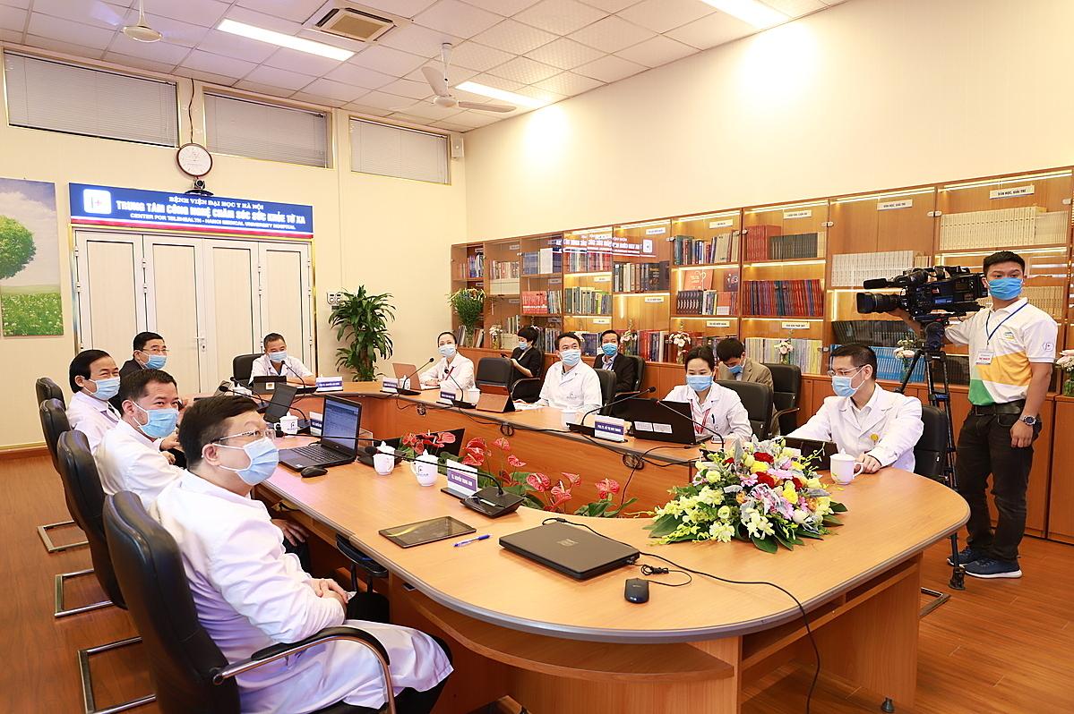 Các chuyên gia tại đầu cầu Bệnh viện Đại học Y Hà Nội. Ảnh: Bệnh viện cung cấp.