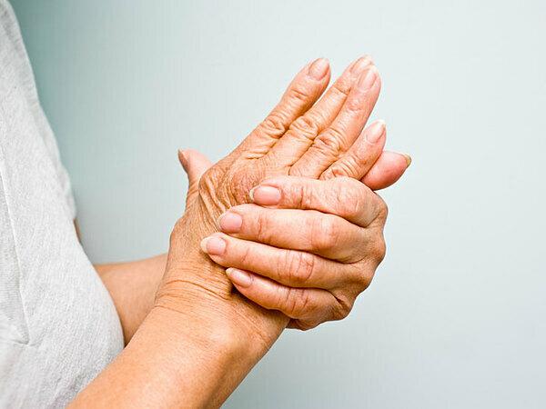 Với bệnh lý thần kinh ngoại biên do hóa trị, người bệnh sẽ gặp tình trạng ngứa râm ran ở tay, chân,... Ảnh:Healthline