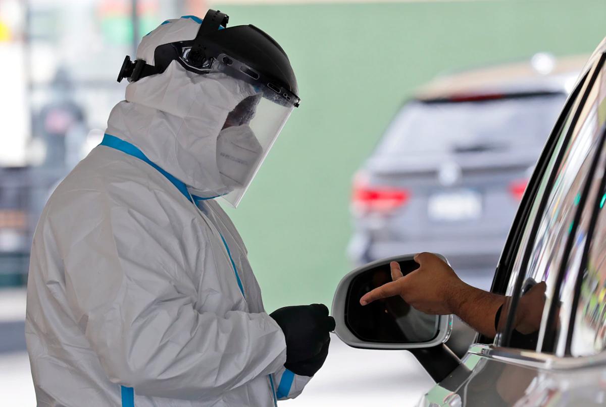 Một tài xế được lấy máu trong một trạm xét nghiệm kháng thể lưu động ở Long Island. Ảnh: AP