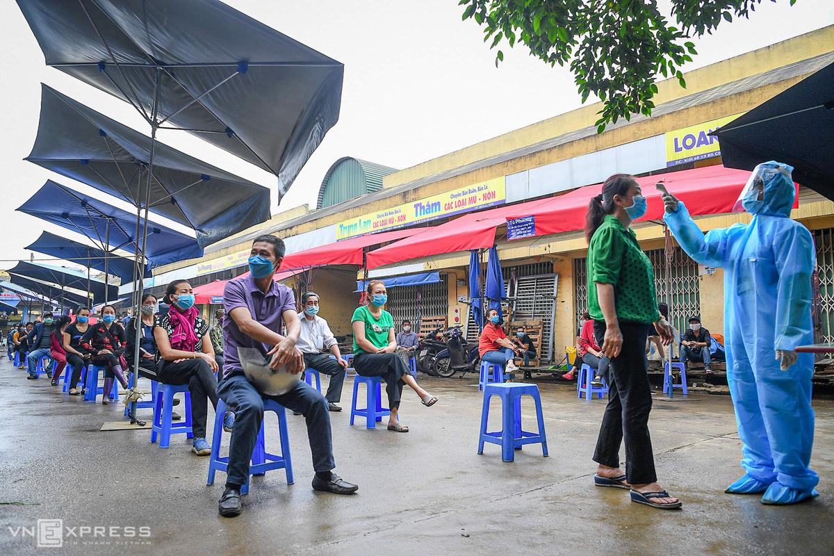 Người dân xếp hàng test nhanh nCoV ở Hà Nội. Ảnh: Giang Huy.