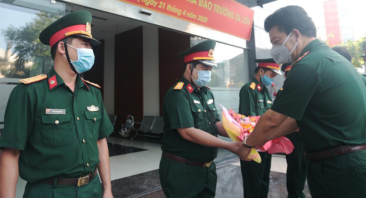 Thiếu tướng Nguyễn Hồng Sơn, Giám đốc Bệnh viện Quân y 175 (bên phải) tặng hoa các y bác sĩ trước khi lên đường đến Trường Sa làm nhiệm vụ.