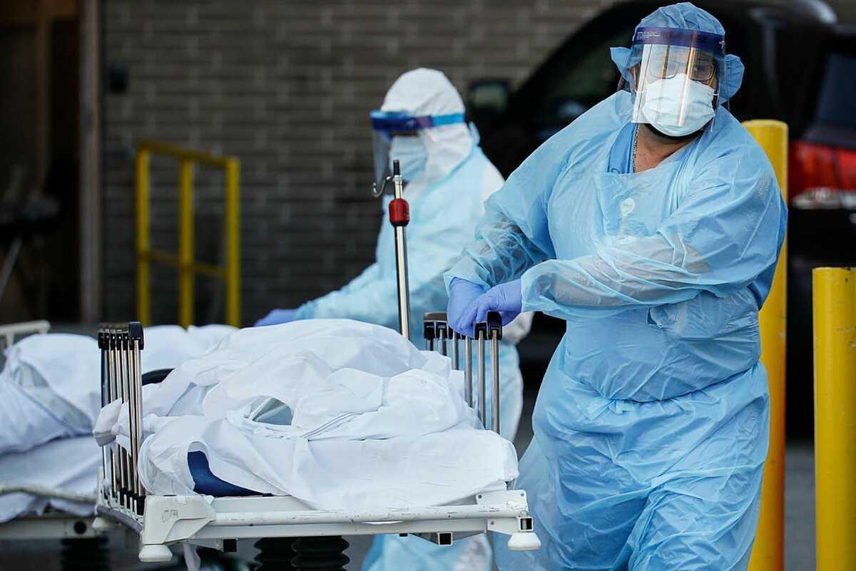 Các nhân viên y tế tạiTrung tâm Y tế Wyckoff Heights, thành phố New York vận chuyển bệnh nhân Covid-19 đã tử vong. Ảnh: AP