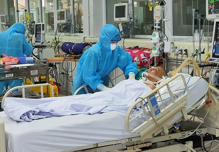 Bác sĩ điều trị cho bác gái bệnh nhân 17 tại Khoa Hồi sức tích cực, Bệnh viện Bệnh Nhiệt đới Trung ương, sáng 24/3. Ảnh: Bác sĩ Phúc cung cấp