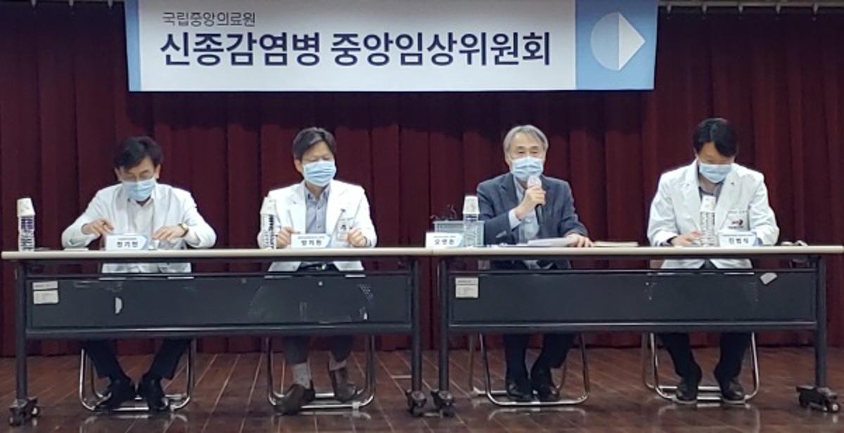 Thành viênỦy ban Lâm sàng Trung ương về Kiểm soát Dịch bệnh mới nổi trong cuộc họp báo ngày 29/4. Ảnh: Korea Biomedical Review