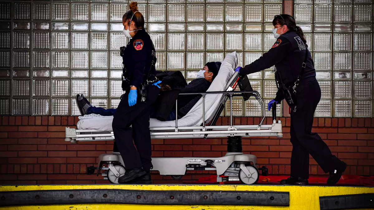 Bệnh nhân Covid-19 tại New York được chuyển vào khu điều trị tích cực hôm 7/4. Ảnh: AFP