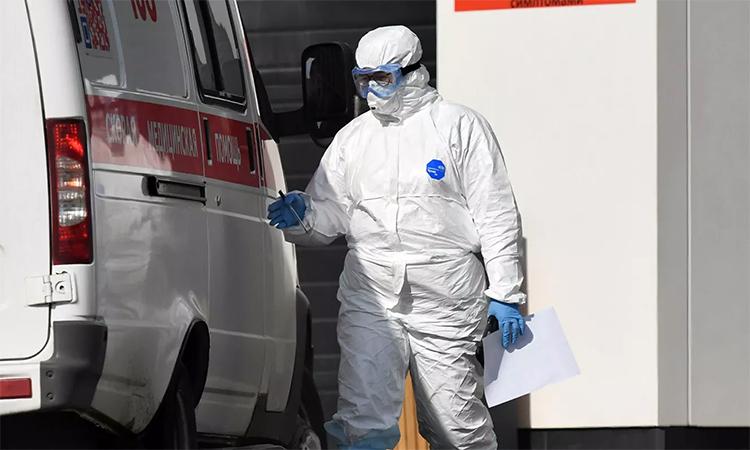 Nhân viên y tế mặc trang phục bảo hộ tại trung tâm cách ly ở Kommunarka, Moskva, Nga, ngày 28/4. Ảnh: RIA Novosti.