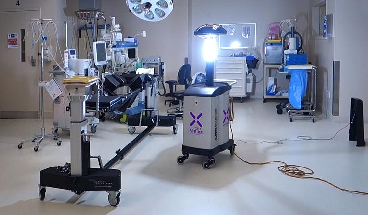 Lightstrike robot hoạt động bằng cách phát ra sóng ánh sáng cực tím (UV) có khả năng tiêu diệt nCoV. Ảnh: Bornto Engineer