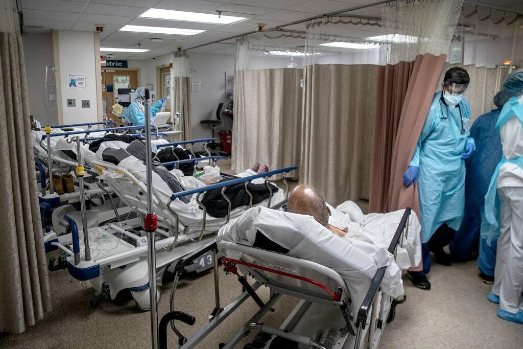 Bệnh nhân Covid-19 được điều trị tại Bệnh viện Brooklyn, Mỹ. Ảnh: AP