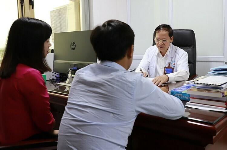 Giáo sư Tảo khám và tư vấn về vô sinh hiếm muộn cho một cặp vợ chồng tại Bệnh viện Đa khoa 16A, Hà Đông. Ảnh: Giáo sư Tảo cung cấp
