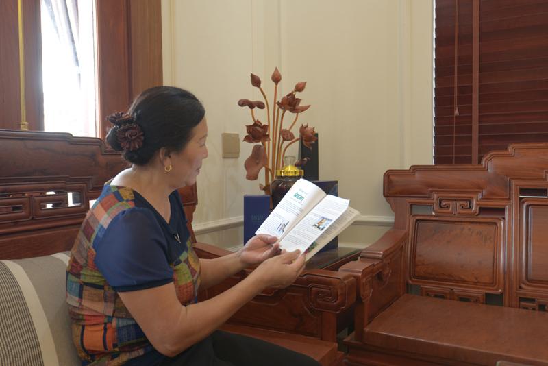 Khi có thời gian rảnh, bà Hạnh đọc cuốn cẩm nang Ancan, tư vấn dinh dưỡng cho người bệnh ung thư.