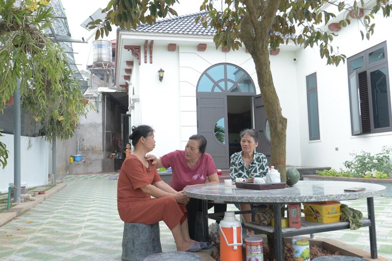 Bên cạnh thời gian chăm sóc gia đình, bà Hạnh tận hưởng tuổi già, trò chuyện với hàng xóm.