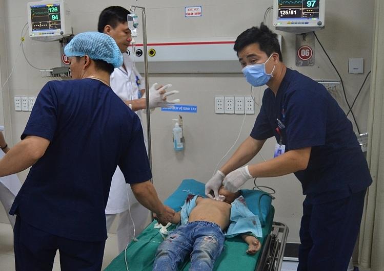 Các bác sĩ bệnh viện tiến hành cấp cứu cho bệnh nhi. Ảnh: Bệnh viện cung cấp